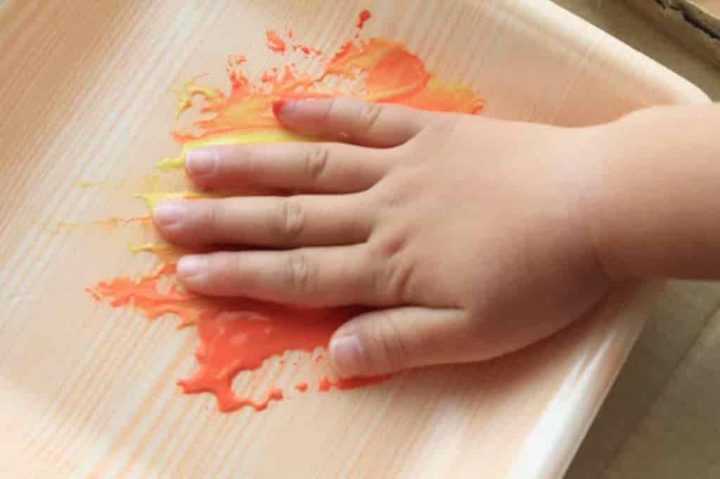 手のひらに満遍なく絵の具をつける