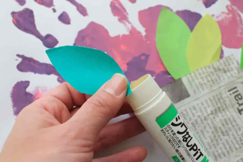 折り紙で作った葉や包装紙を貼り付けてブーケの形に仕上げる